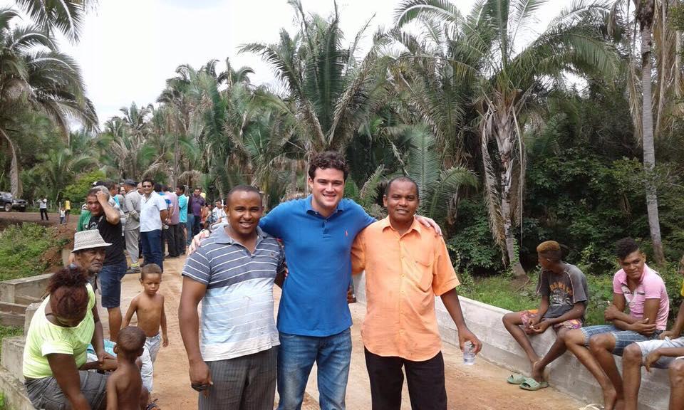 Vereador Leandro Bello ladeado por moradores do povoado São Roque